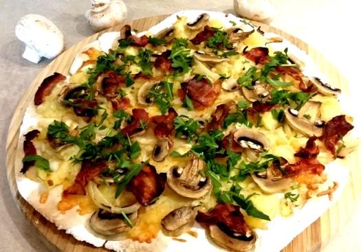 Pizza swojska bezglutenowa z boczkiem i pieczarkami z puree ziemniaczano-chrzanowym