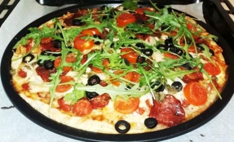 Pizza pepperoni i rukola z parmezanem i kaparami