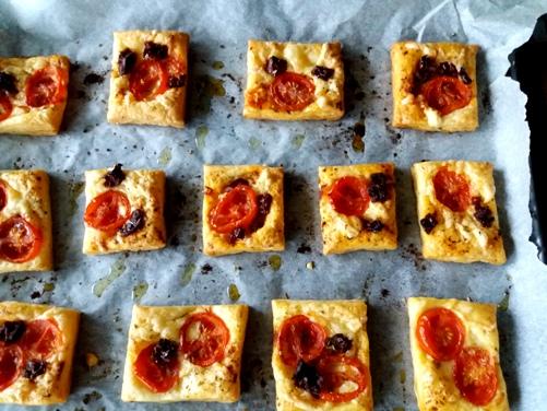 Ciastka francuskie z kaparami, serem i pomidorkami
