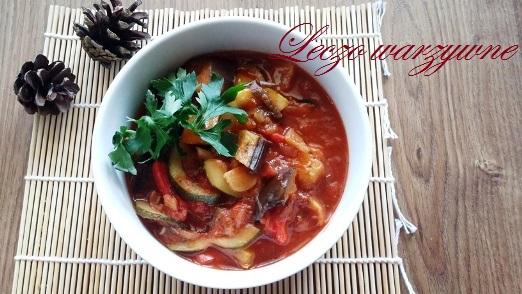 Leczo z pieczonych bakłażanów, cukinii i papryk w ziołowych pomidorach