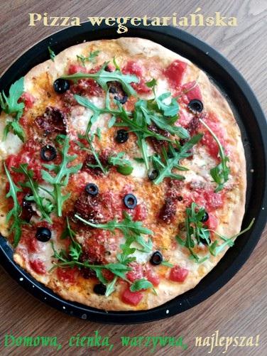 Pizza mozzarella z oliwkami i suszonymi pomidorami. Pizza wege
