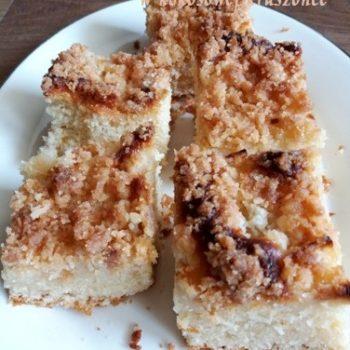 Drożdżówka, ciasto drożdżowe z gruszkami i kokosową kruszonką