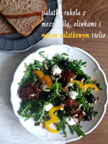Sałatka rukola z mozzarellą, oliwkami i mixem sałatkowym Helio