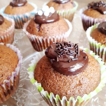 Muffinki z kawałkami czekolady i polewą